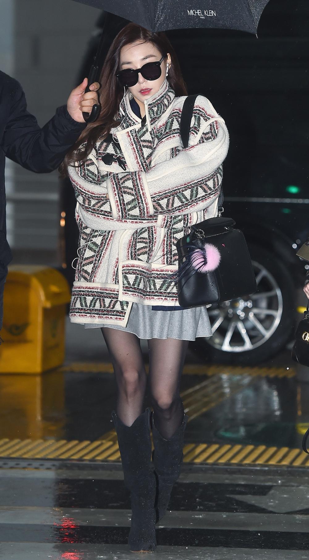 新一季女星鍾愛百搭單品!不認識Jessica揹的這款FENDI DOTCOM包別說你懂時尚