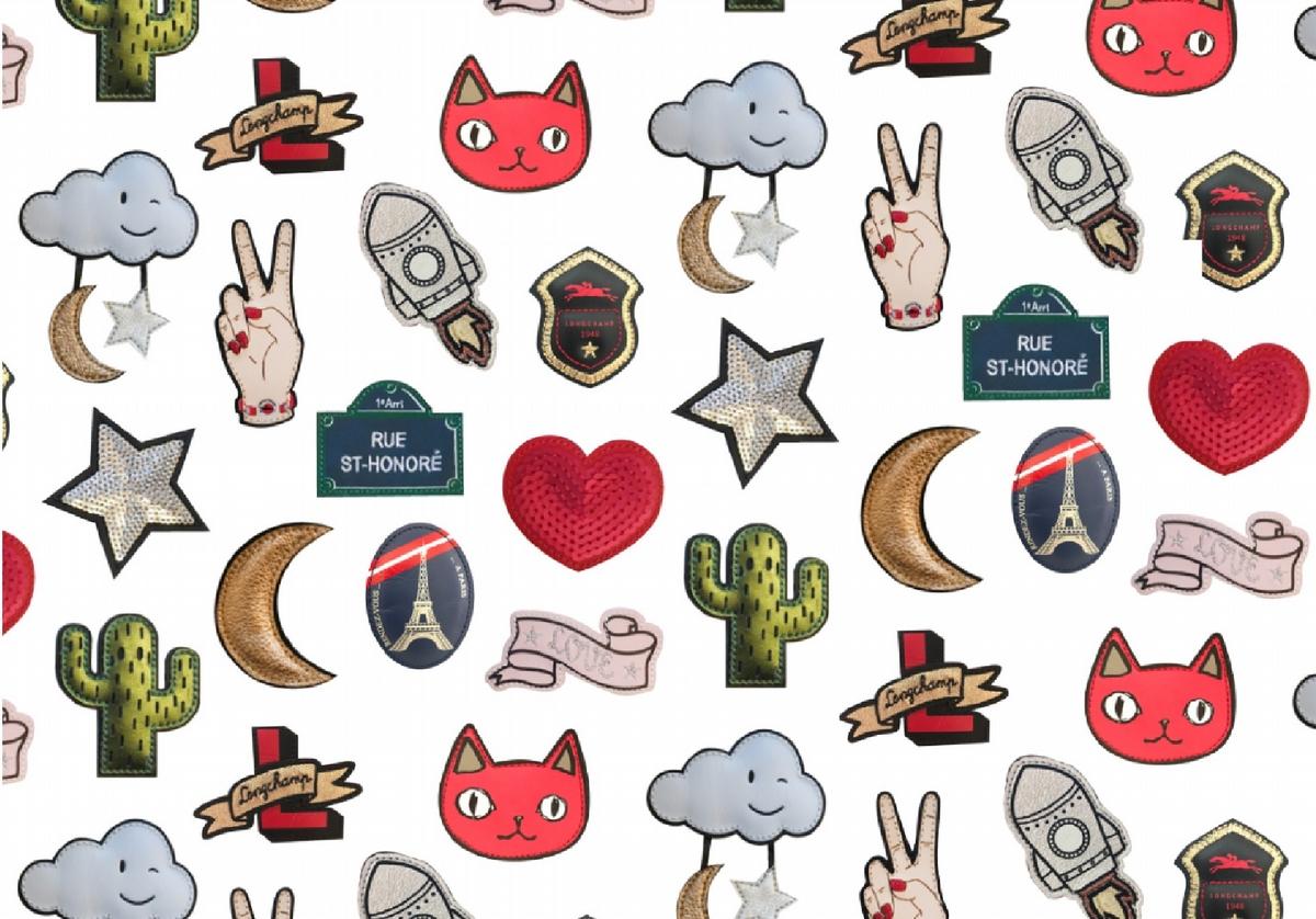 萌勢力當道!Longchamp摺疊包推台灣獨家櫻桃紅、薄霧藍,14種徽章燃起妳的搭配魂