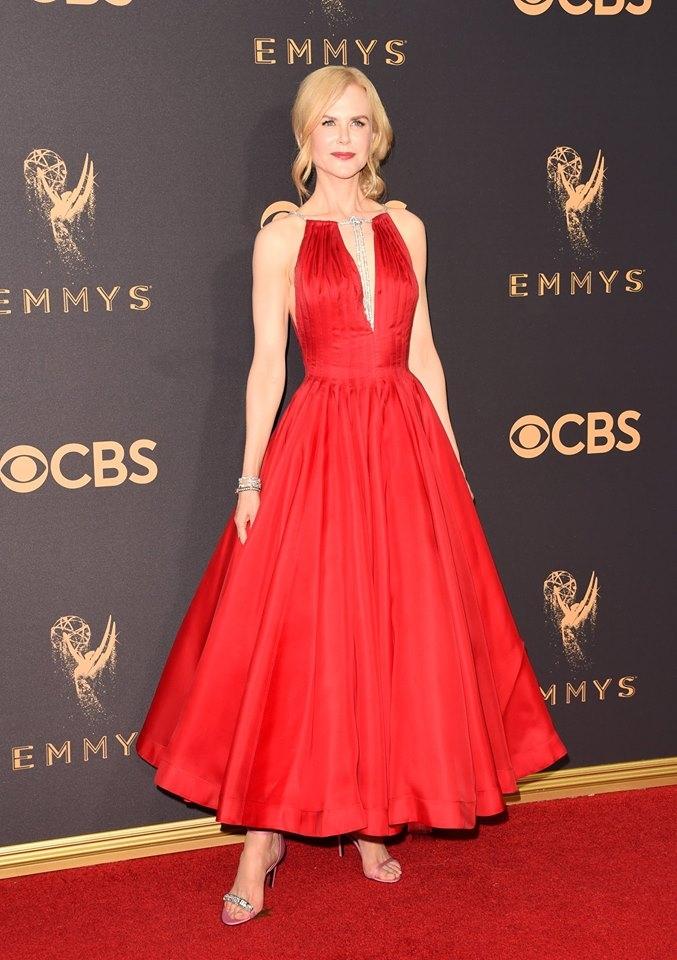 第69屆艾美獎時尚廝殺戰!裸背、深V、曬美腿看女神們如何駕馭紅毯禮服
