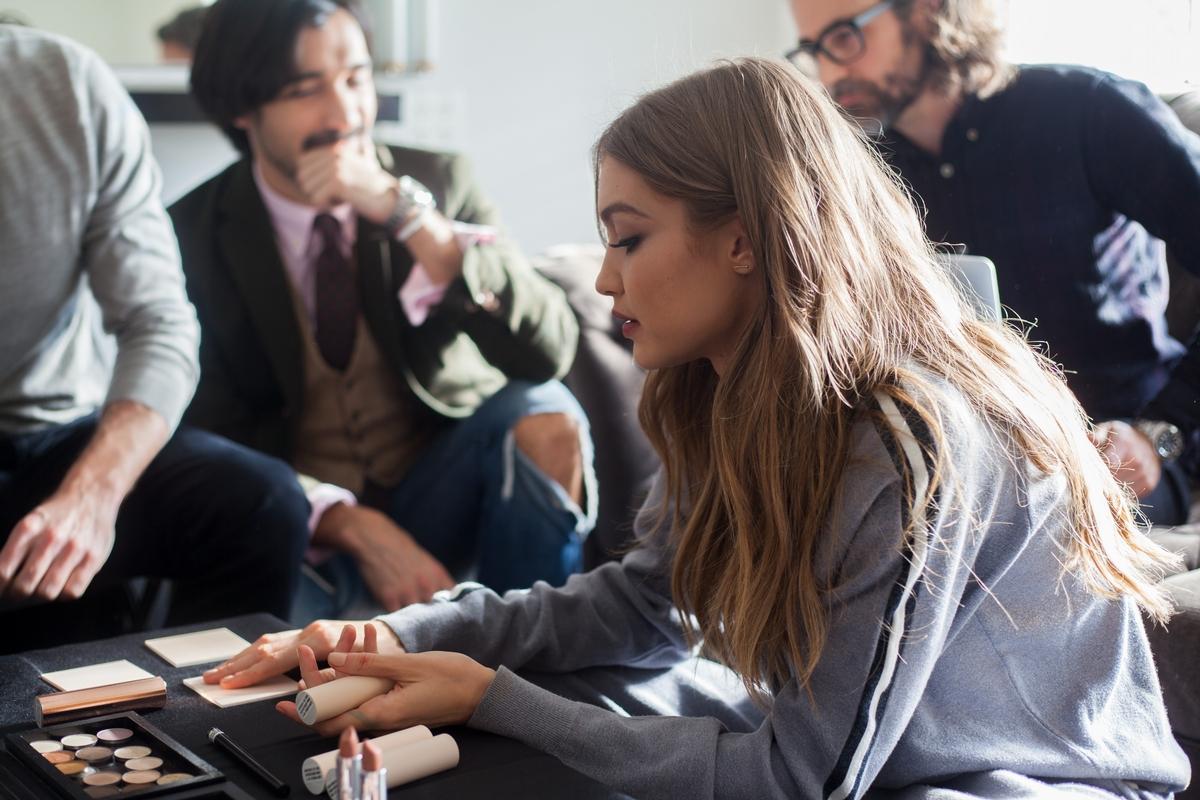 超模Gigi Hadid晉身彩妝師!聯名Maybelline推出奶茶色彩妝系列