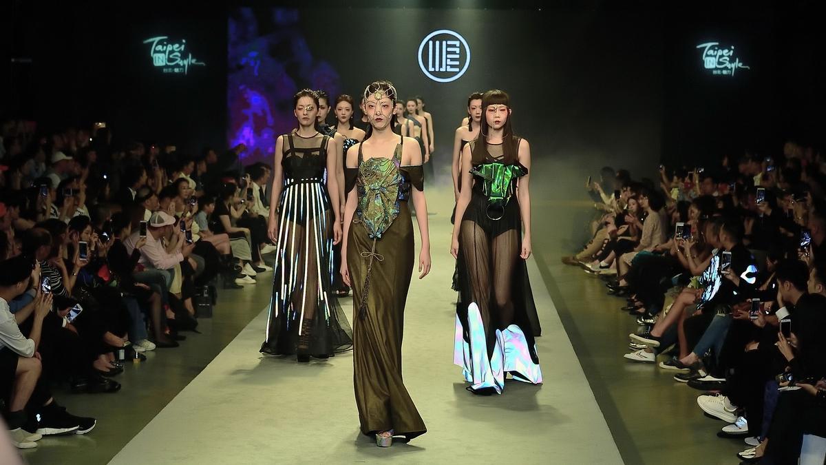 陳昇、六月、明川老師等大咖都齊聚!從紐約帶回台灣,MIT新銳設計師汪俐伶的2018春夏發表秀