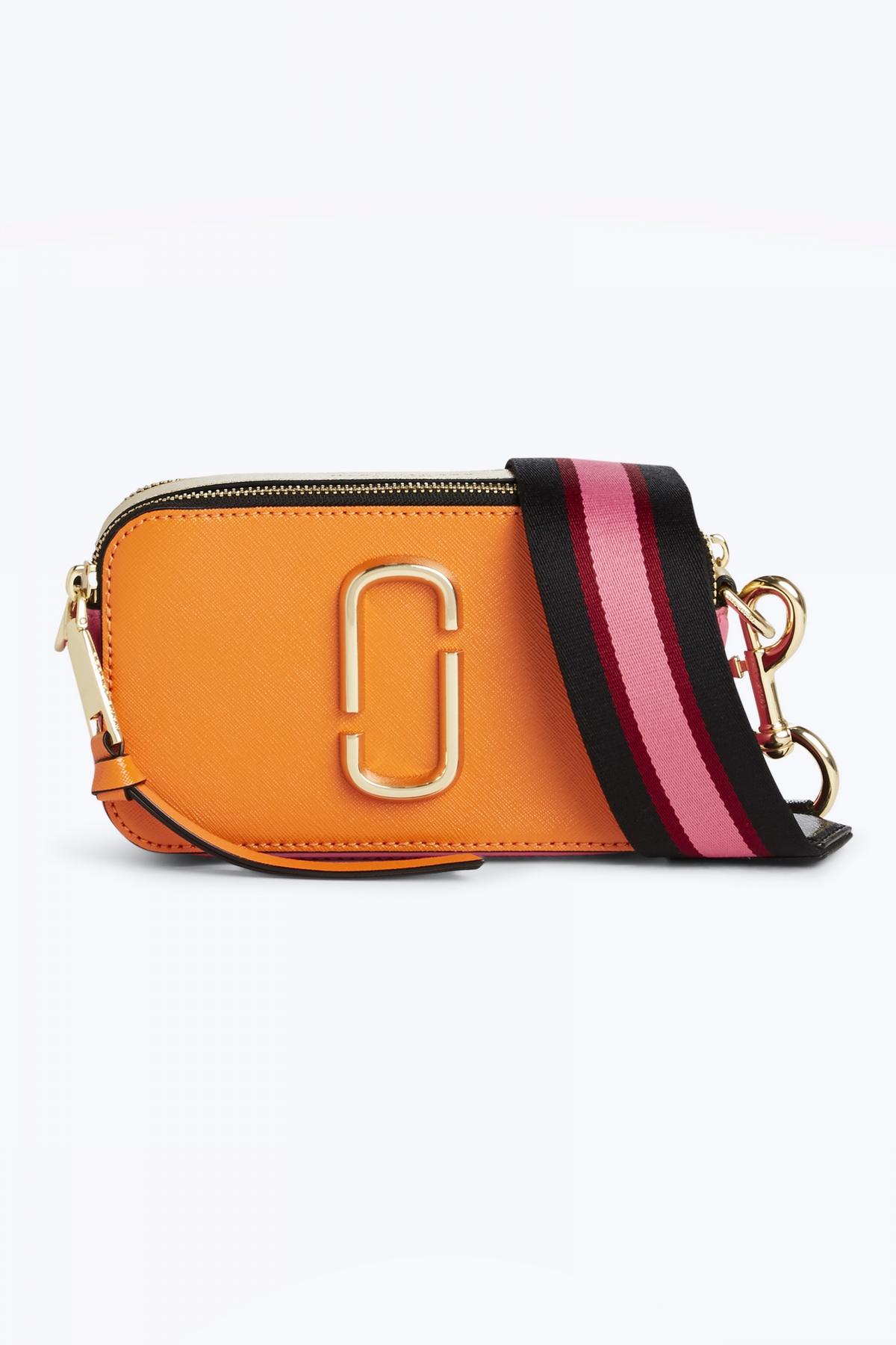 Marc Jacobs相機包又推粉嫩新色!海水藍、蜜柑橘,再加上超潮雙J背帶