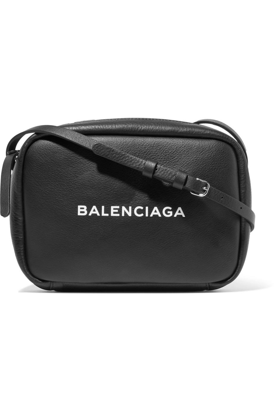 秀出Logo才叫時髦!孫芸芸曬新愛包,Balenciaga Everyday Logo Line系列再掀黑白風潮