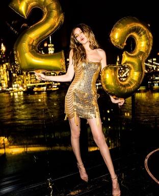今年生日恢復單身!Gigi Hadid 身穿Versace金色洋裝迎接23歲、與Bella曬姊妹好感情