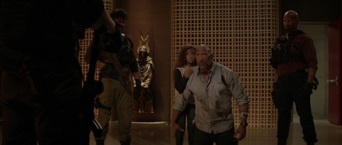 昆凌帥氣殺進好萊塢 《摩天大樓》預告露臉吹口哨