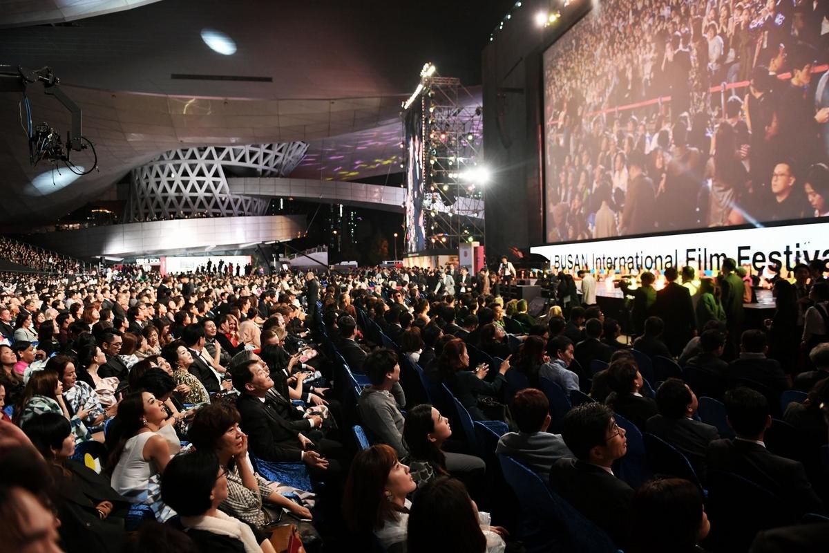 釜山影展/台星閃耀開幕紅毯 陳庭妮甜勾劉以豪人氣旺