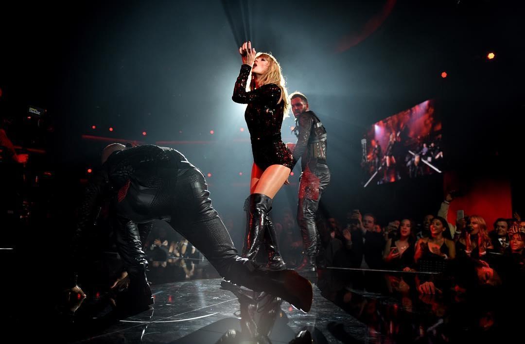 全美音樂獎最大贏家泰勒絲霸氣勁裝稱霸全場