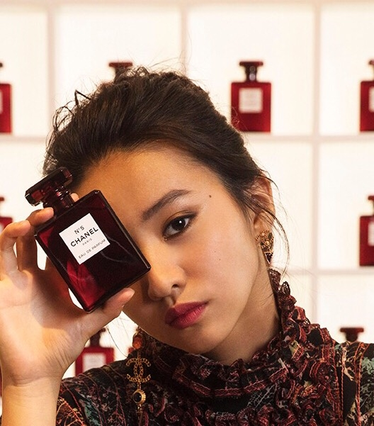 身為日本香奈兒彩妝大使,青春正盛的Kōki示範起聖誕彩妝與超炫耀柔霧唇釉,完全一脫青澀少女的一面