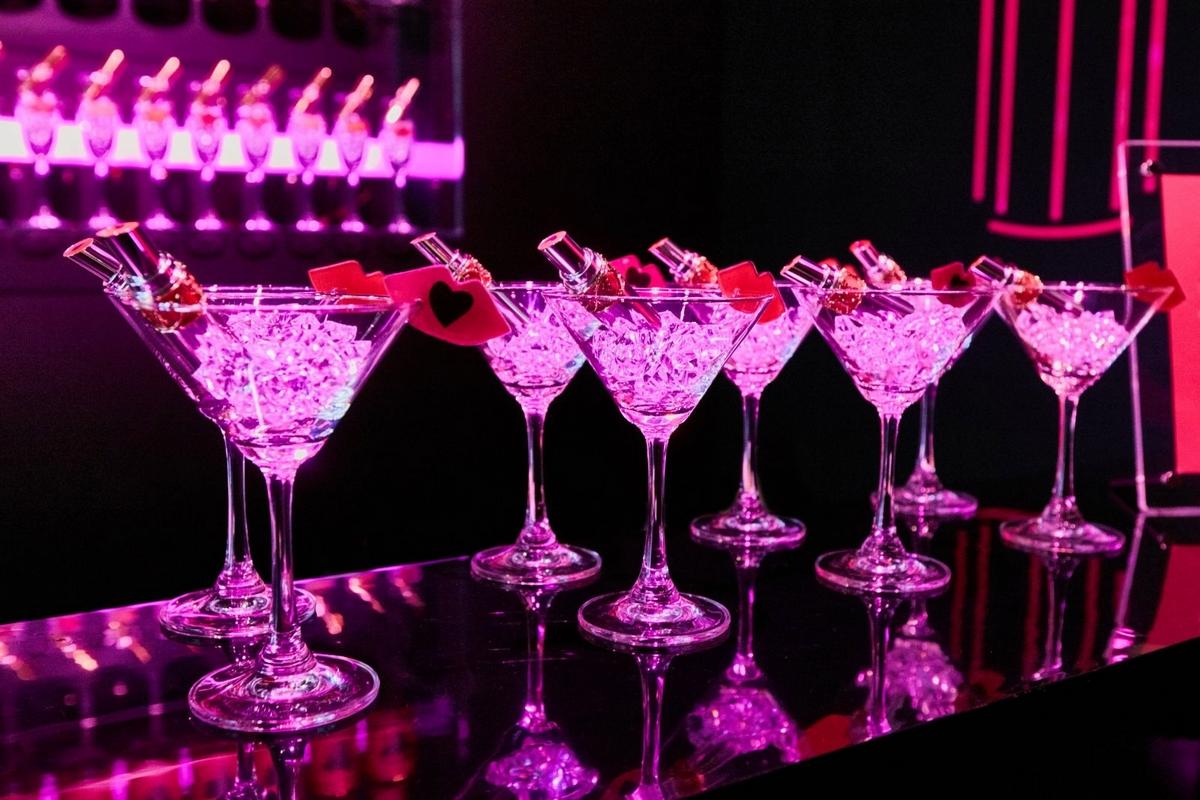 週末必去 全球首座YSL酒吧就在台北信義三越A11 擦上夾心唇膏盡情享樂! YSL 真的是派對王!,