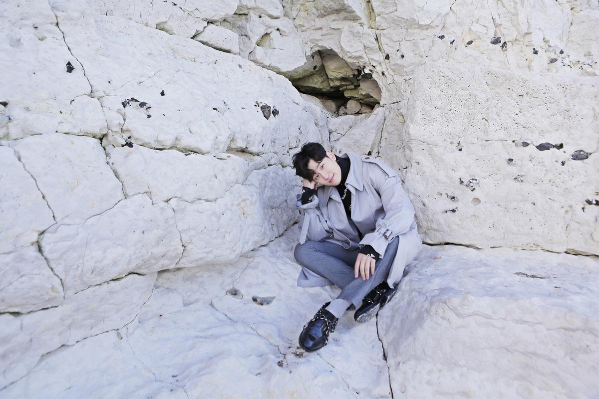 周興哲玩命拍MV 風一吹差點跌落懸崖
