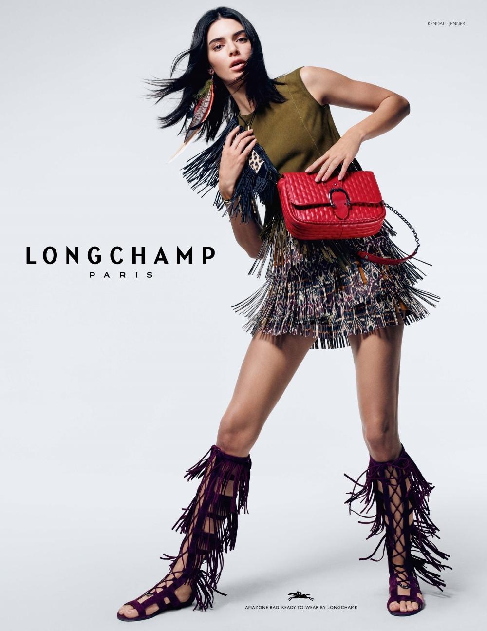 這個紅很可以!周冬雨搶揹Longchamp紅腰包 新春帥氣瀟灑走一回