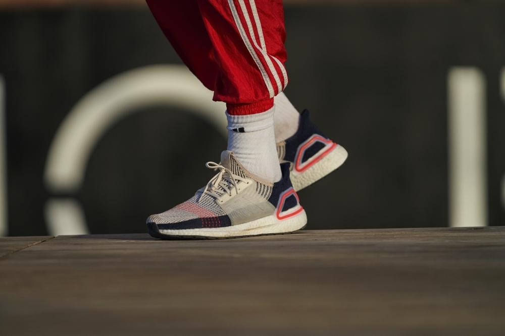 就算吃土也要敗!adidas Ultraboost 全面進化 小鬼帥氣示範這樣搭才潮!