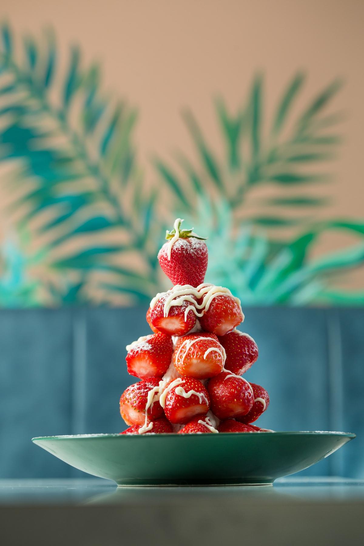 連假必吃!神話金字塔、澎拜草莓山…4款超浮誇甜點推薦,沒嘗過怎麼叫人生