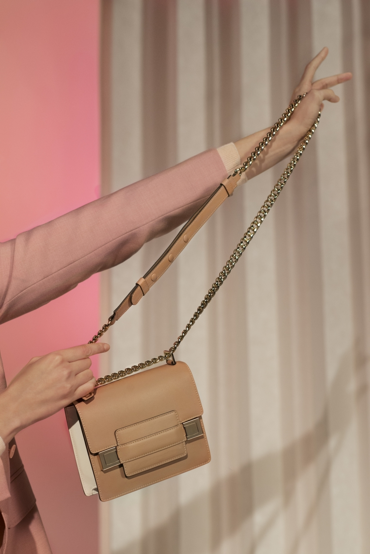 DELVAUX 經典MADAME10歲啦!金屬鏈、磁扣全新設計美出新高度