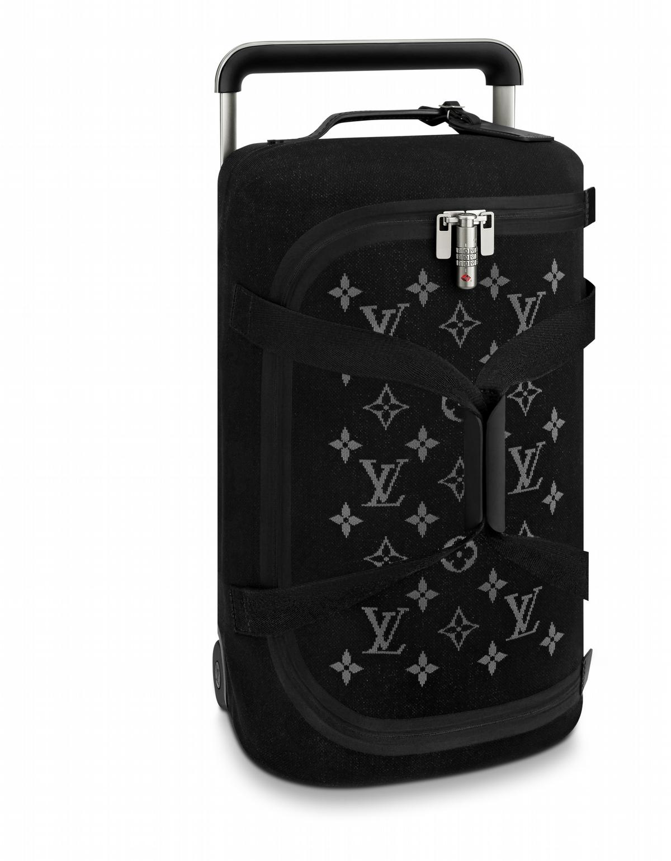 LV全球代言人吳亦凡首發廣告大片,提著LV行李箱輕盈到飛上天!