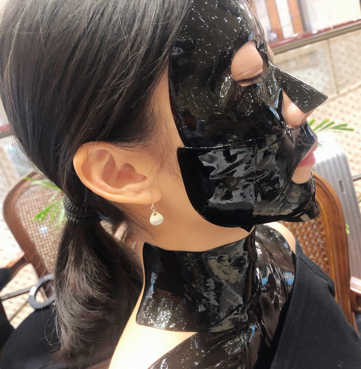 這款面膜也太酷〜幫你從前胸到臉都緊緊包覆,水凝膠質地有滿滿黑鑽奈米微粒,一敷就有感,難怪維密天使個個讚譽有加