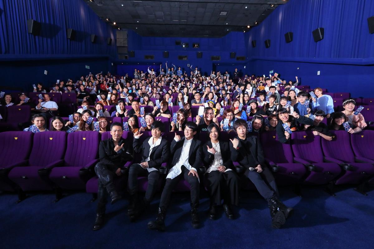 五月天電影首映吸千粉 阿信被圍攻「演技最差」