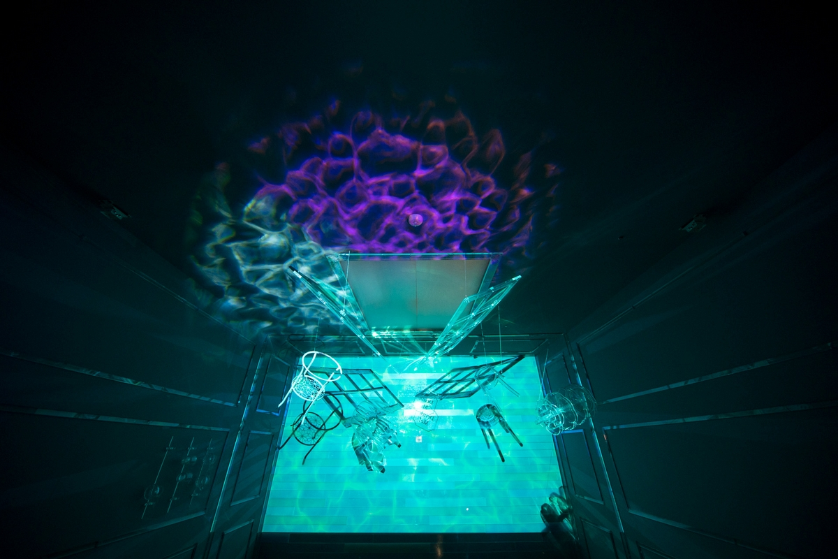 今夏最奇幻展覽!《愛麗絲夢遊奇境體驗展》20組藝術家、11個互動展區,要你跳進兔子洞