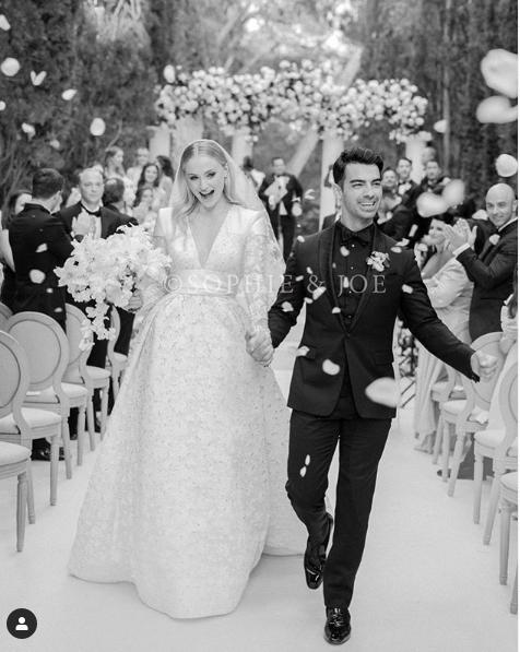 鳳凰女Sophie Turner LV婚紗細節曝光!奢華5萬顆碎晶打造絕美深V禮服