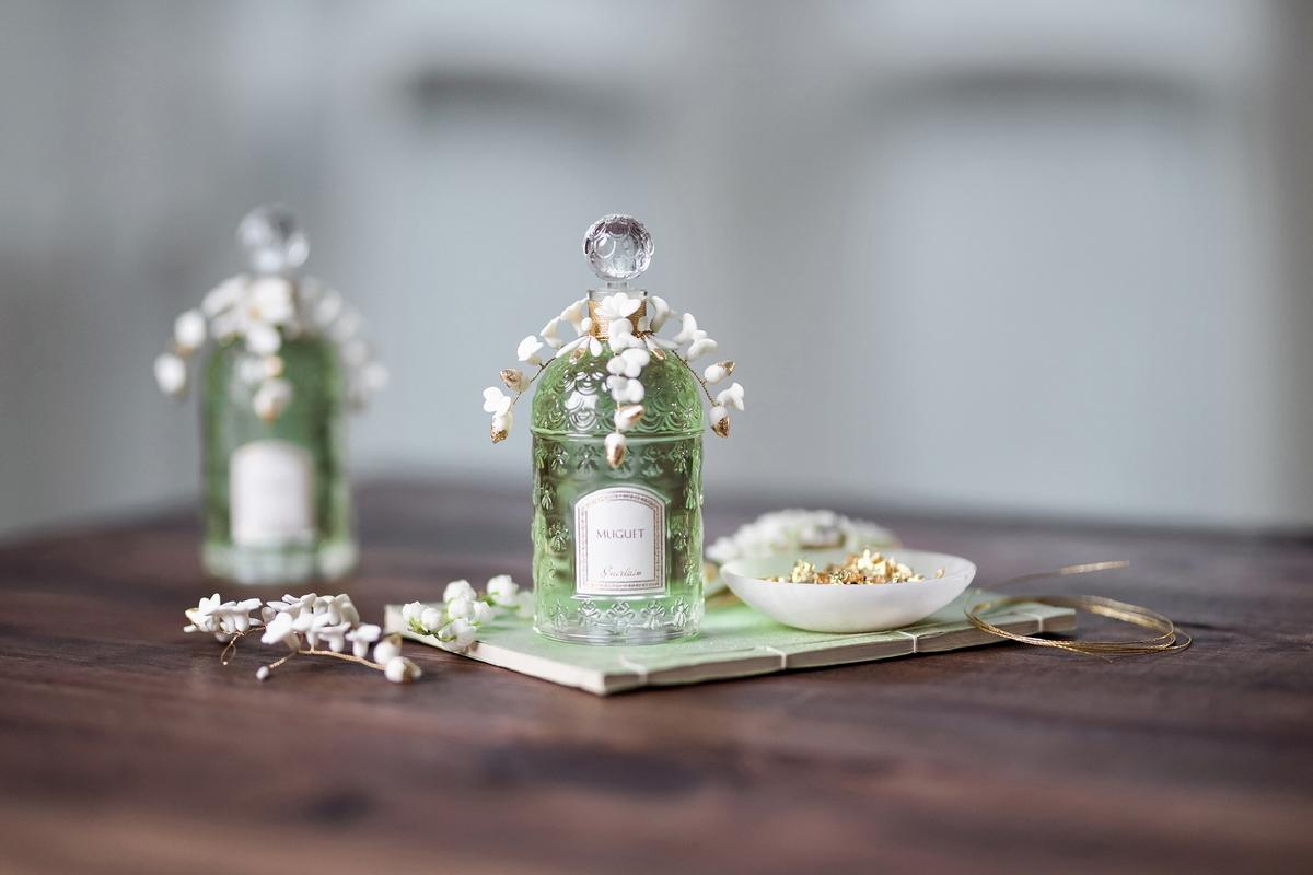 本季最美香水就是這一瓶,嬌蘭鈴蘭香水從瓶頸流洩而下的白瓷小花瓣,真的是超仙