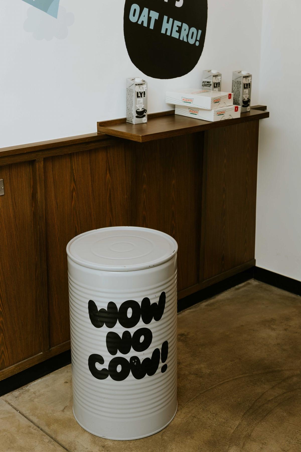 紅遍好萊塢的「OATLY燕麥奶」快閃聯名快搶吃!攜手CAFE!N、Krispy Kreme推出燕麥奶拿鐵、燕麥卡士達甜甜圈