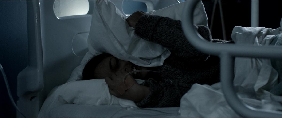 女醫師半夜巡房撞恐怖鬼童! 中邪墜樓破頭濺血慘死