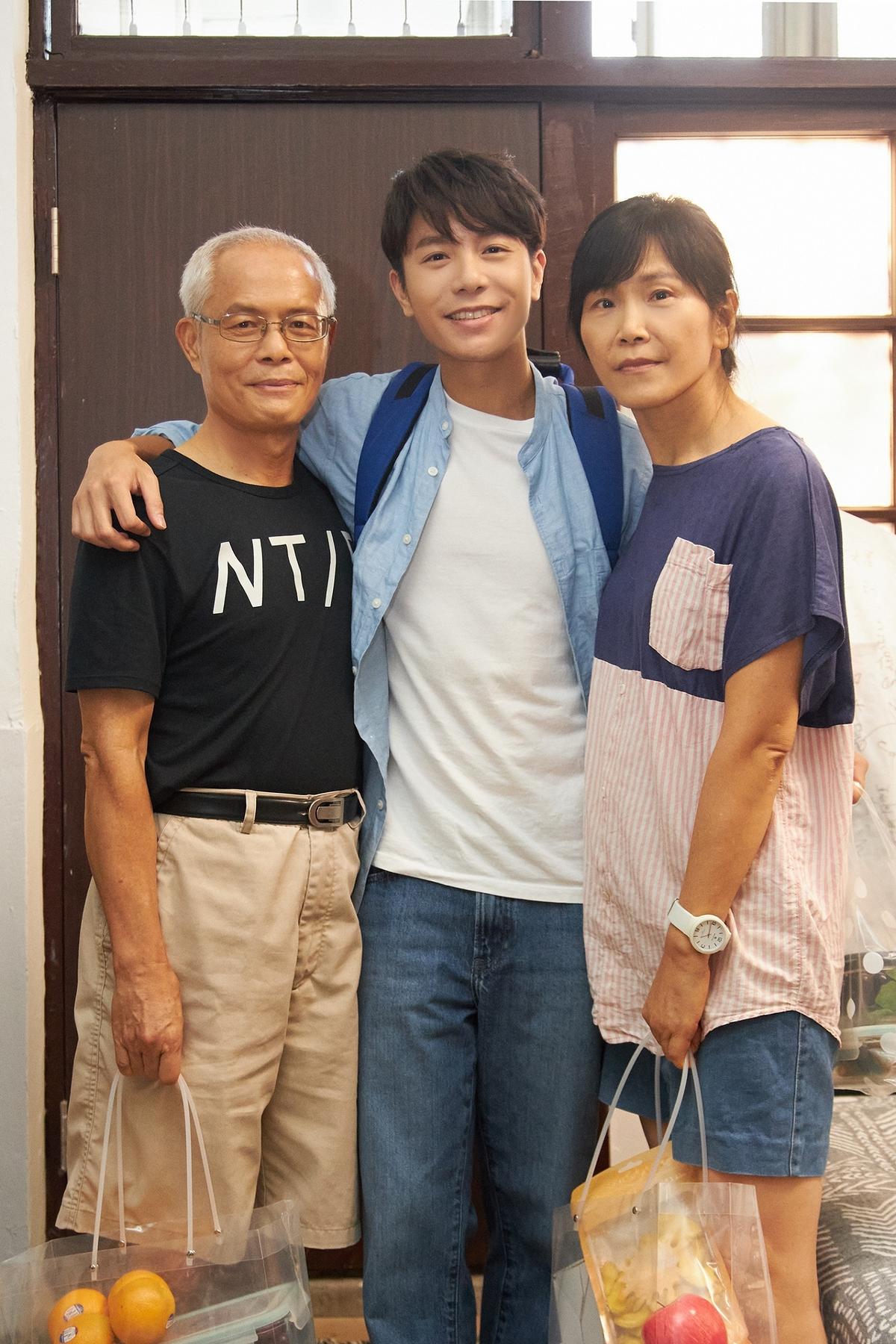 爸媽首入鏡戲胞大開 韋禮安MV真實上演韋家生活