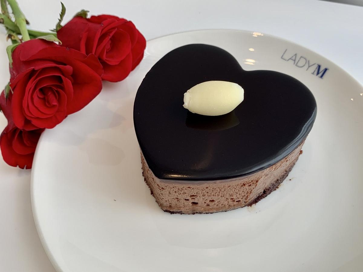 完全是浪漫助攻!Lady M七夕情人限定組「玫瑰千層、皇冠巧克力」搭配Moët粉色香檳,限量預購中