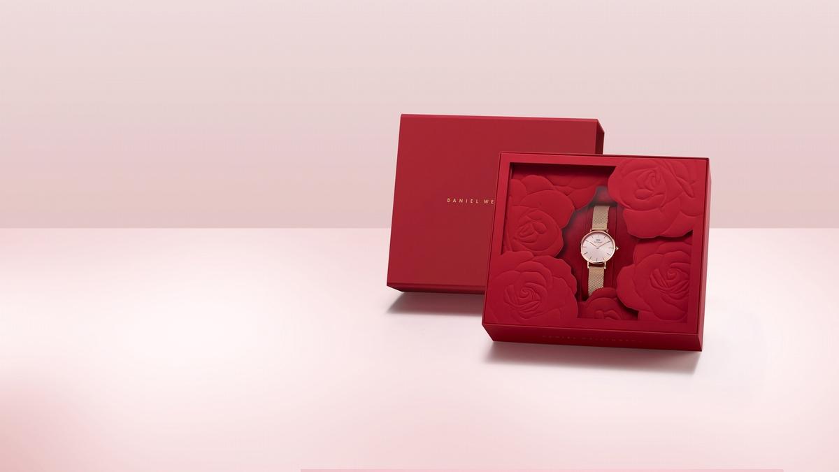 七夕靠它傳情絕對加分!DW情人節限定柔光粉腕錶登場,永生花盒包裝超精緻