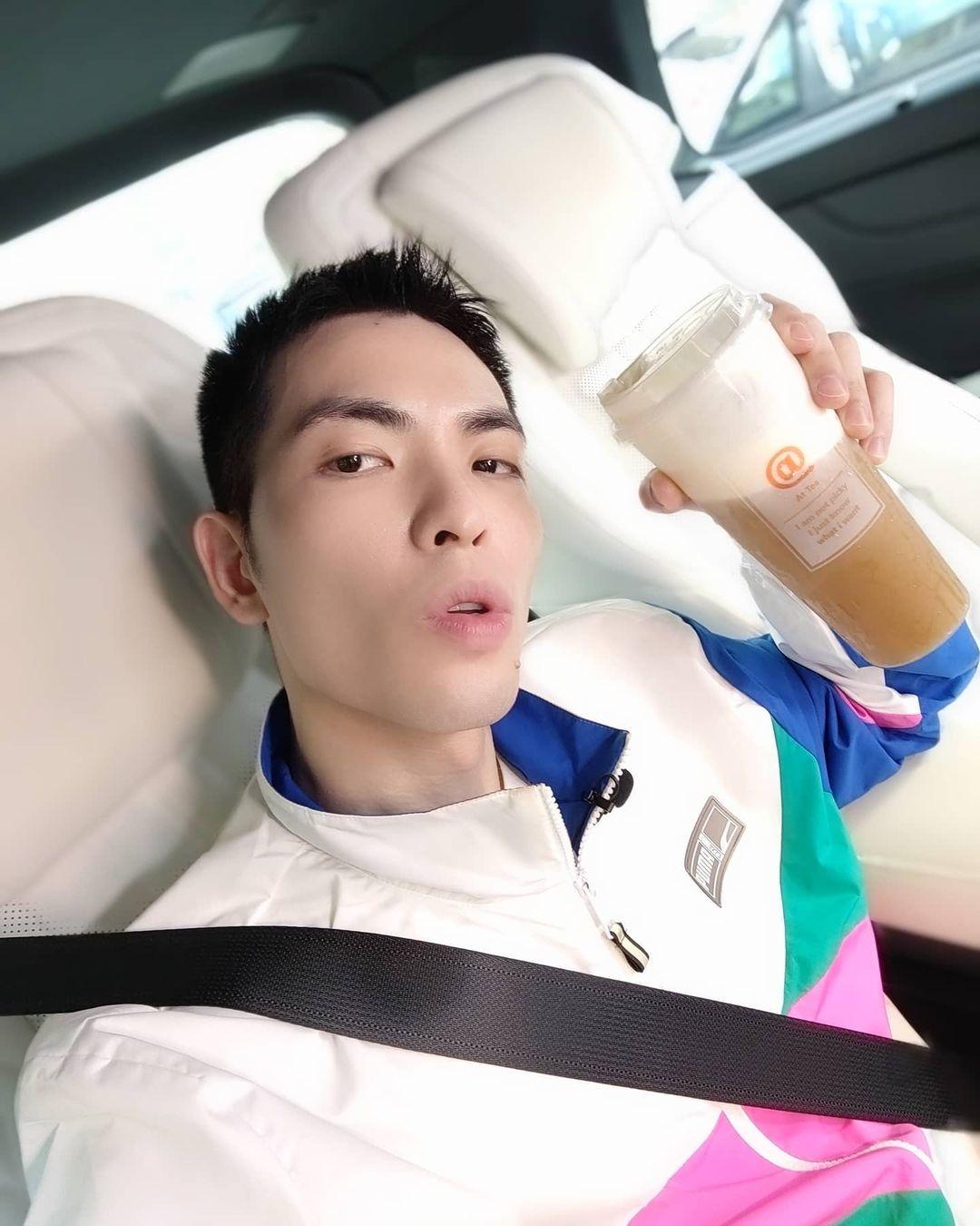蕭敬騰踩萬元拖鞋宣傳新頻道「蕭房車」!厭世臉問候俏皮又時髦