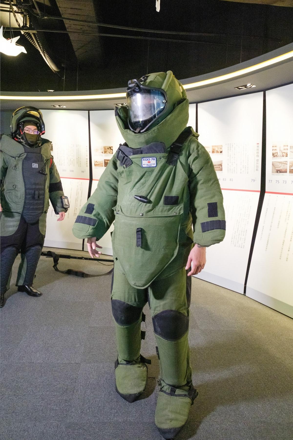 瘦子穿32公斤防爆服差點「不舉」! 如拍《拆彈專家2》寧可演反派