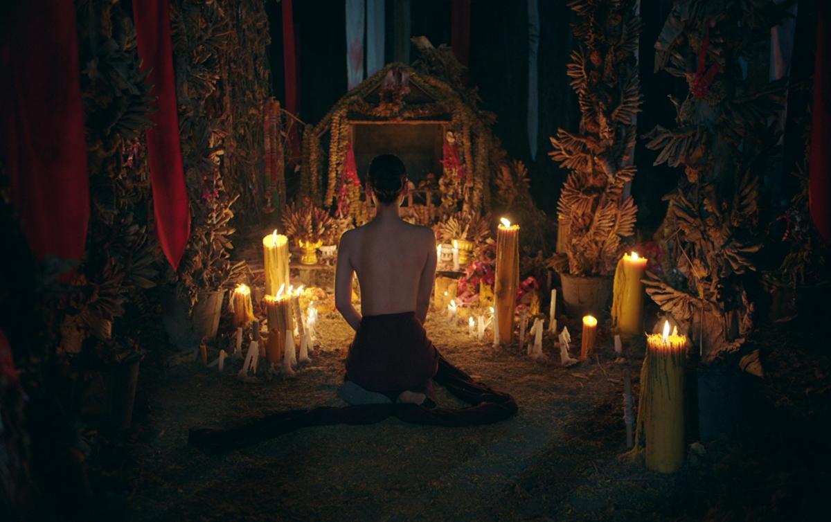 未成年少女奉家人命令裸體躺神壇!《養鬼人》解密泰國女巫崇拜