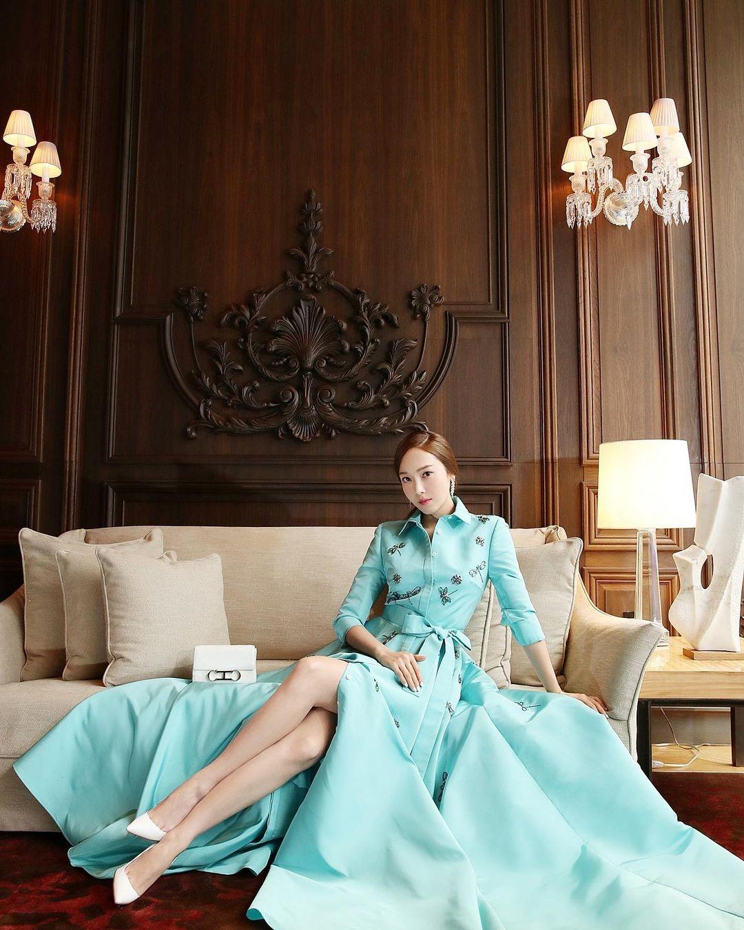 跨年這樣穿直接被秒讚!偷師JESSICA鄭秀妍連身穿搭3技巧,讓人眼睛為之一亮呀