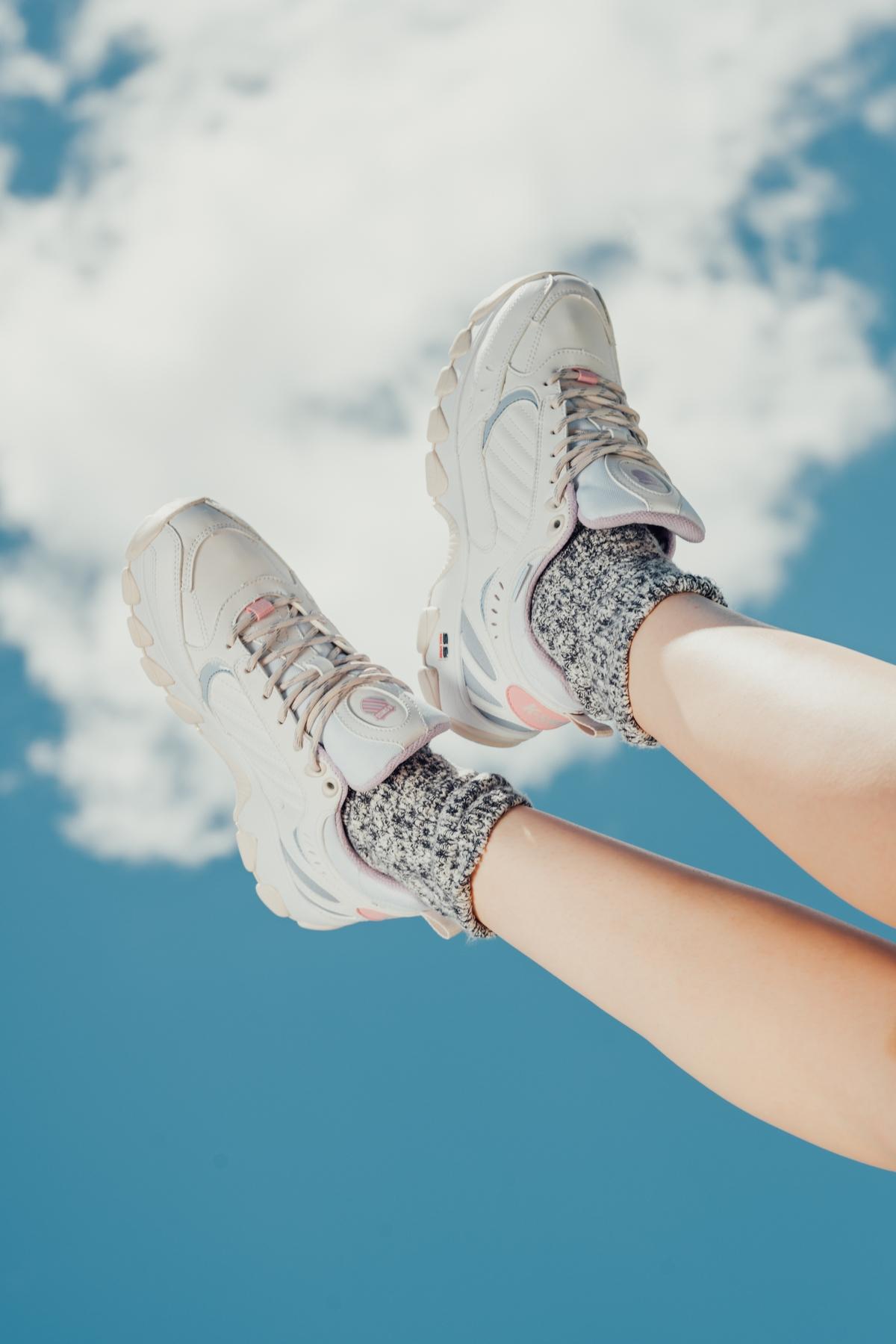 誰說雨天不能優雅漫步!黑嘉嘉穿上K-Swiss最新HP329WP潮鞋再現女神風範!