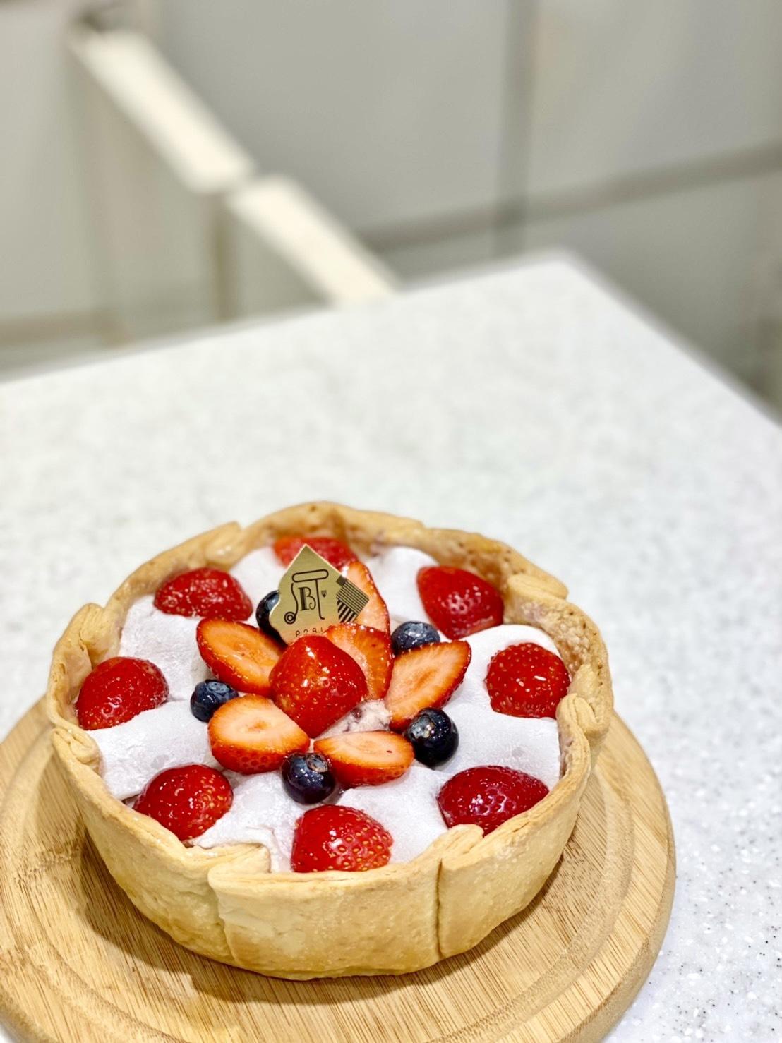 一整杯都是滿滿白草莓!草莓控必吃人氣8款甜點推薦「白草莓瀑布舒芙蕾、草莓大福起司塔」酸甜滋味吃了好幸福