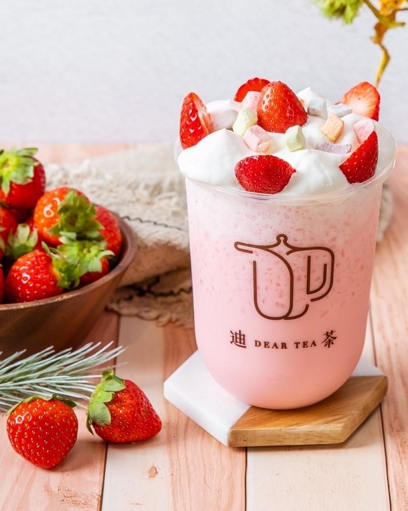 迪茶DEAR TEA 3款草莓夢幻系飲品準備攻占IG版面! 「濃烤焦糖草莓蜜香茶、金金金草莓奶蓋珍珠飲、豆漿泡泡草莓優格蛋糕飲」好喝好拍少女心爆棚啦!