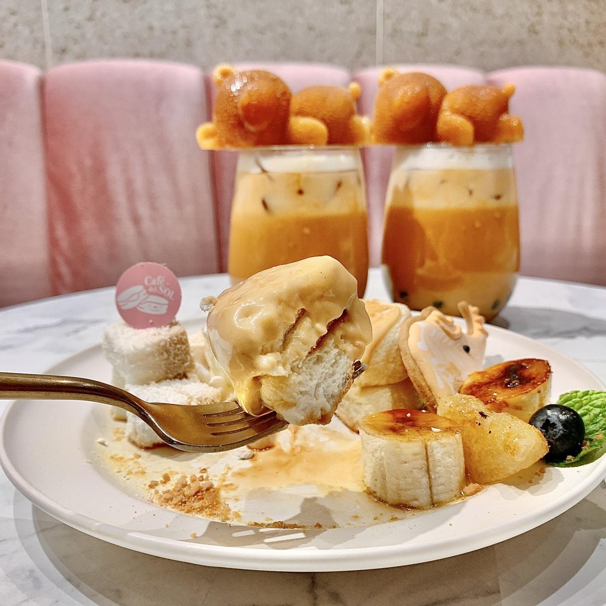 微風信義人氣下午茶Café del SOL限定泰奶套餐推薦!「舒芙蕾鬆餅+焦糖嫩布丁」泰味十足,還有「泰式熊熊奶茶」散發療癒萌力