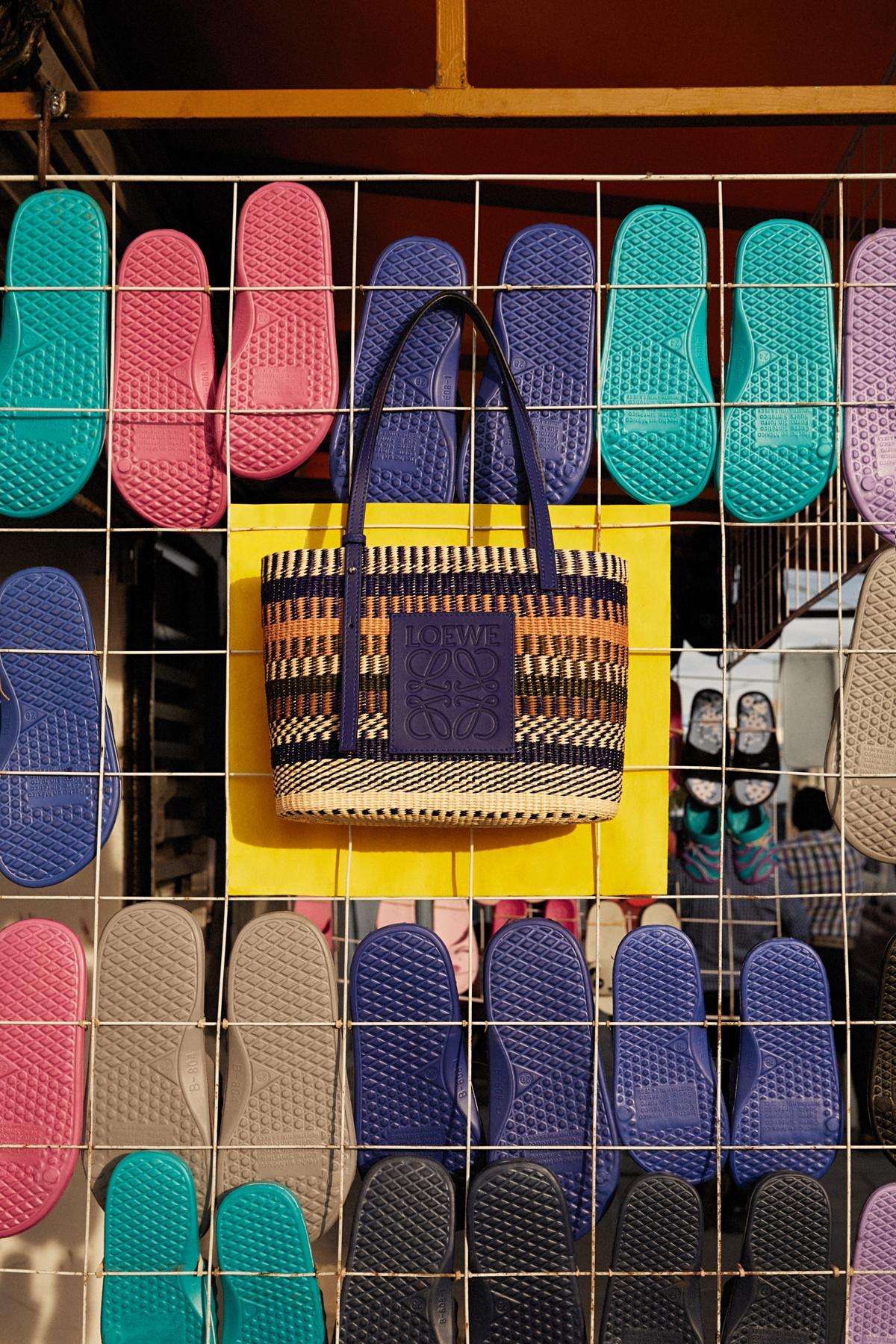 好想去度假!Loewe Paula's Ibiza以鮮豔印花、水果造型療癒想放假的心!