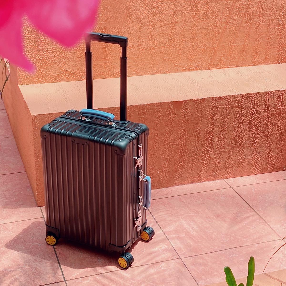 只有帥能形容!RIMOWA Classic經典行李箱啞黑新色質感滿分