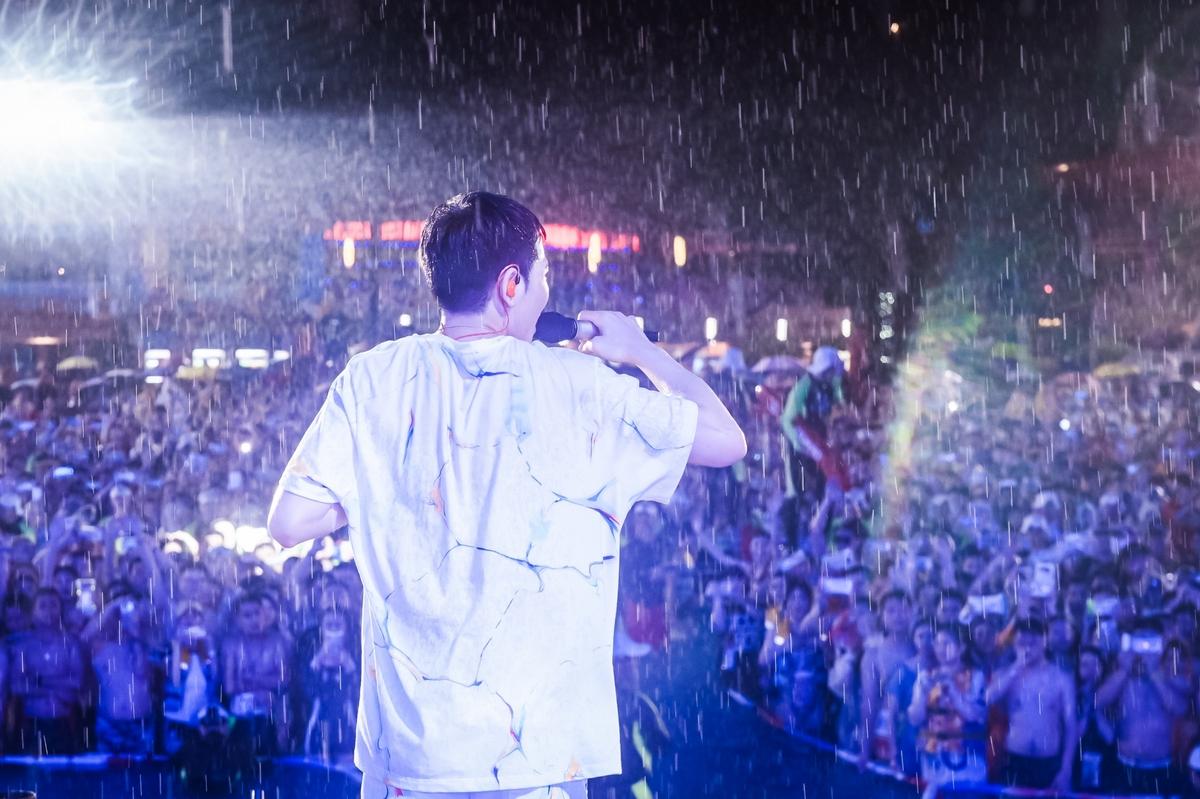 雨神蕭敬騰發威!廣州開唱帶來豪雨濕身帥炸