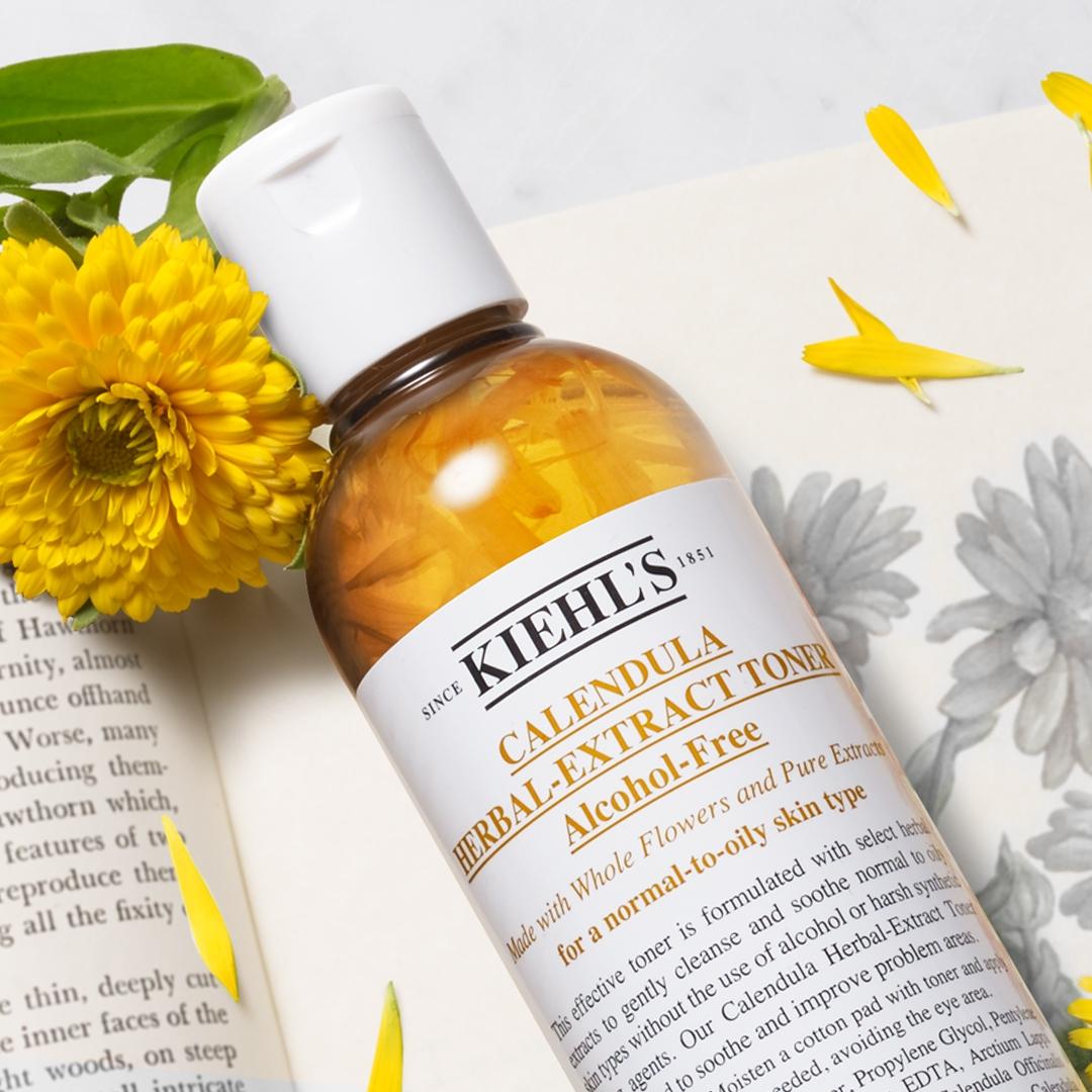 女孩梳妝台前必備的肌膚護身符,就是Kiehl's金盞花植物精華化妝水,粉刺肌敏感肌搭配敷濕用起來肌膚超安心