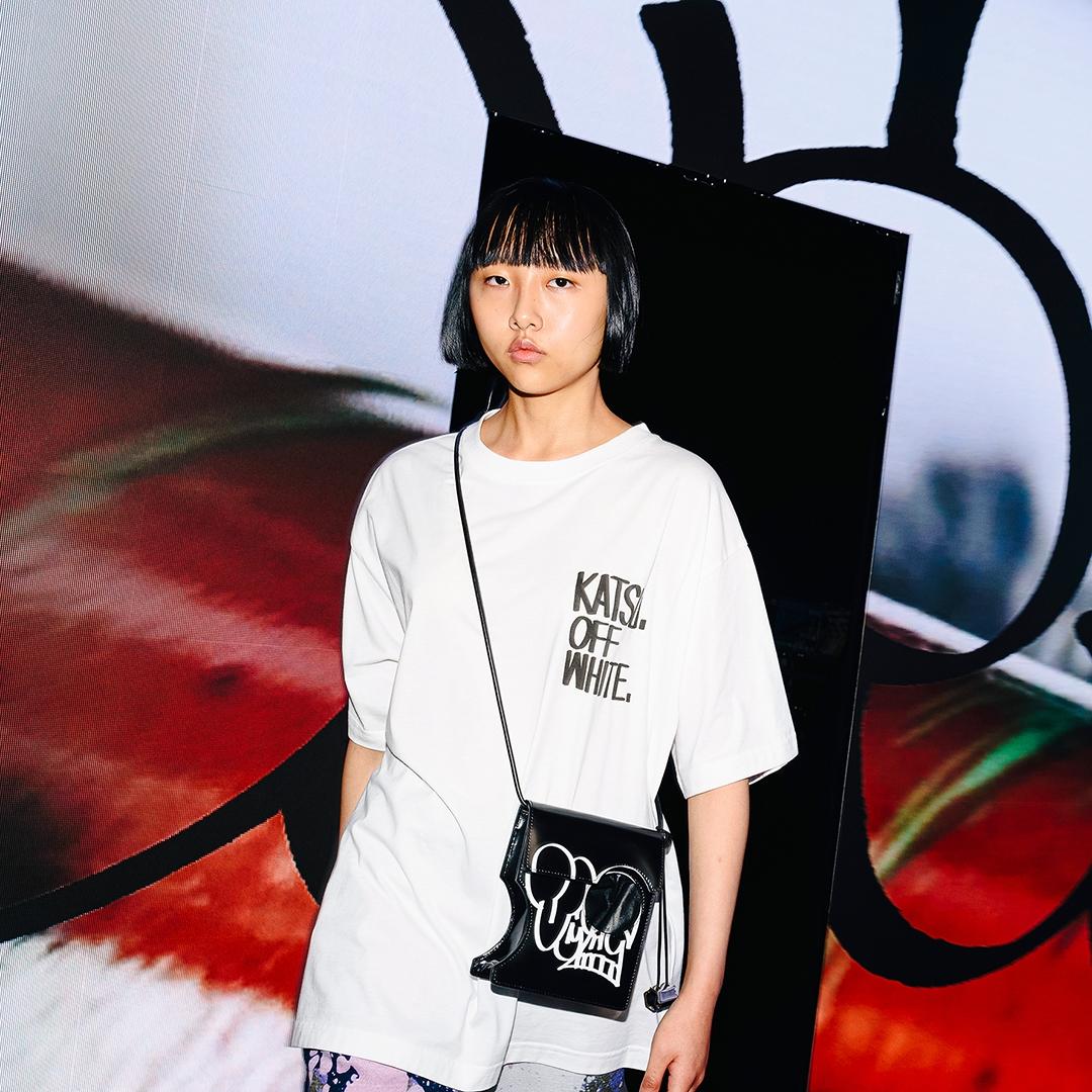 一穿潮感上線!Off-White™ 與塗鴉藝術家KATSU打造聯名系列,包款、白T都惹人注目