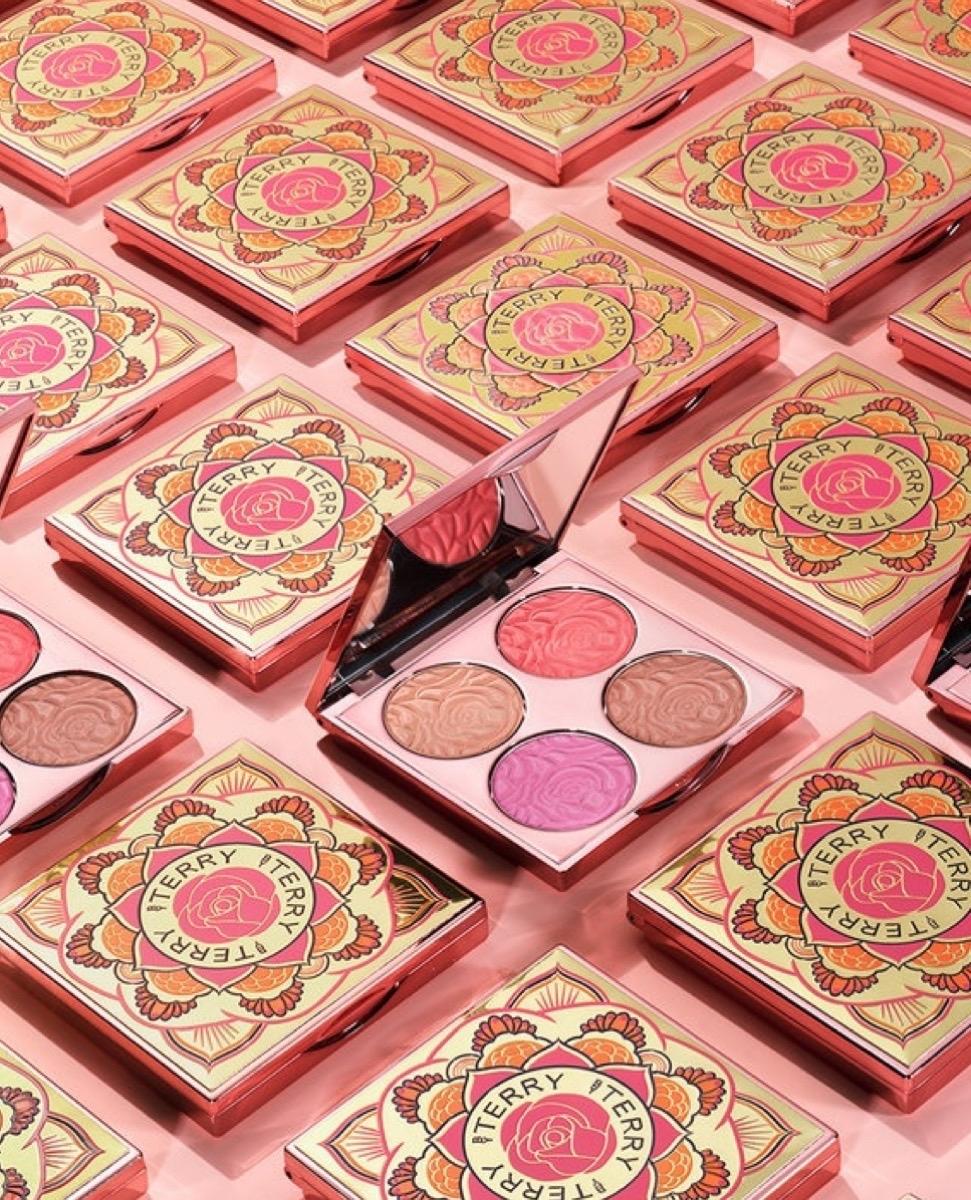 用光打造高級妝容就靠它:by terry 經典玫瑰柔光閃耀盤 ,一盤搞定腮紅、眼影 、修容和打亮!超美!