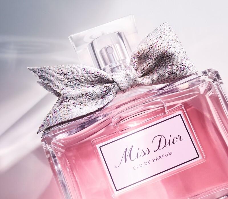 史上最美全新《Miss Dior香氛》,粉紅瓶身搭手工訂製緞帶,優雅中帶著一點俏皮,讓女孩再度陷入瘋狂