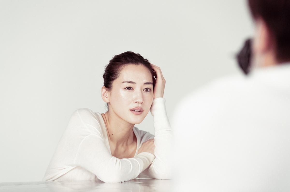 女神凍齡美肌心法全公開!綾瀨遙羞看25歲的青澀自己