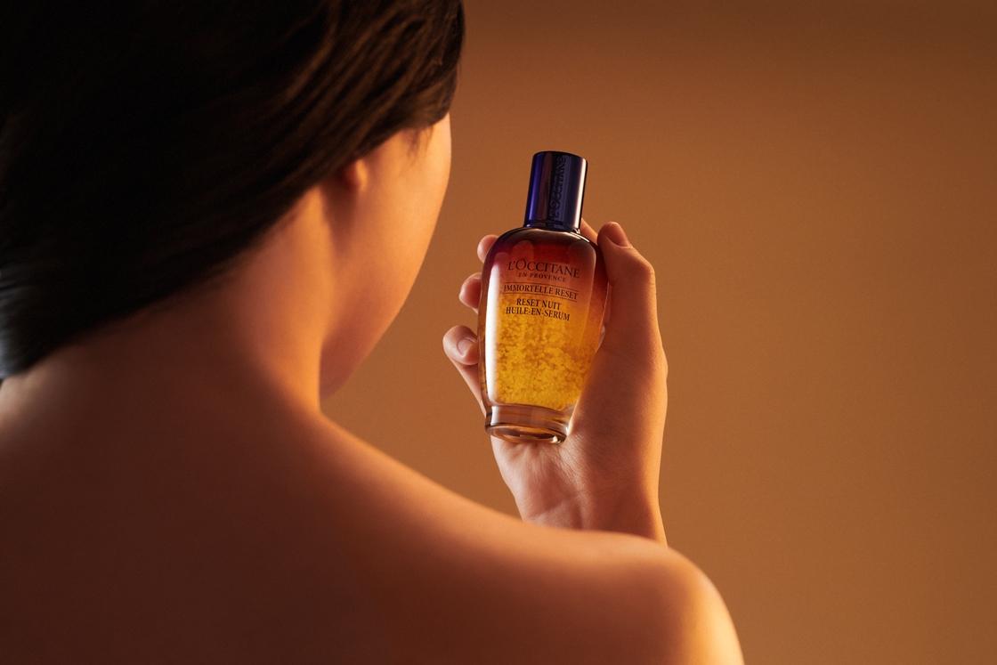 口罩不只帶來暗沉肌,連保濕度都降低了,歐舒丹前導精華星光瓶「光萃肌活露」,讓肌膚再度完美開肌