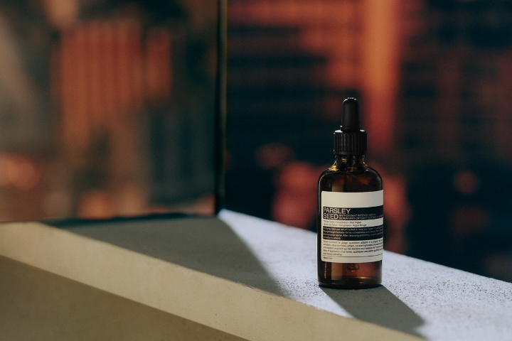 誰能不愛質地更輕盈的Aesop「香芹籽抗氧化高效精華」,一瓶就能保濕又抗氧化