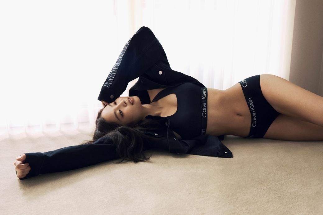 辣到呼吸困難!JENNIE拍攝CK廣告大片,性感曲線完全藏不住