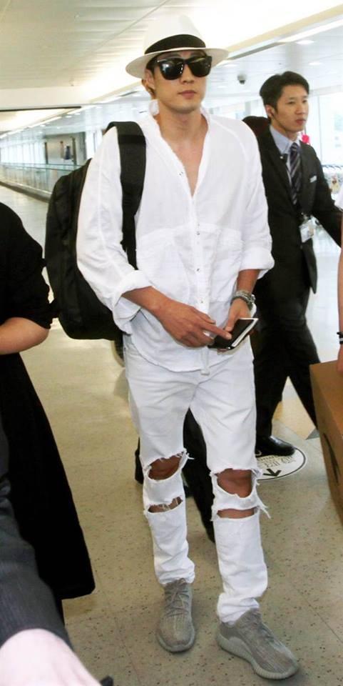 原來主君也是Kanye West粉絲!蘇志燮帥氣抵台就穿它
