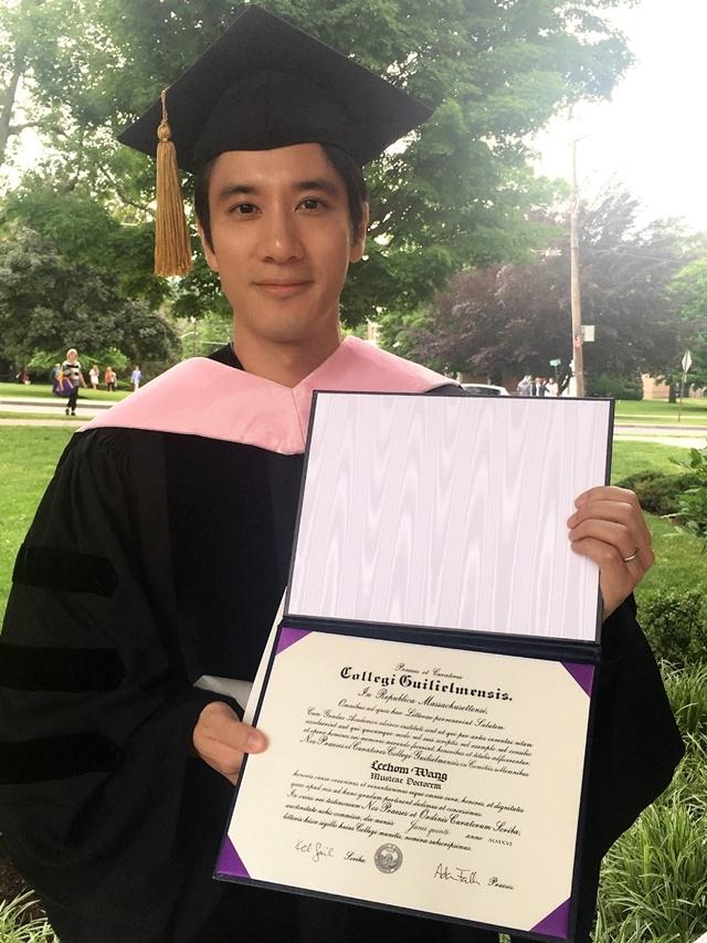 王力宏獲頒榮譽博士 不負母望當上DR.